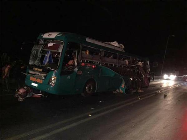 Chiếc xe khách đang di chuyển thì bất ngờ phát nổ khiến nhiều hành khách vô cùng hoảng loạn.(Ảnh Otofun)
