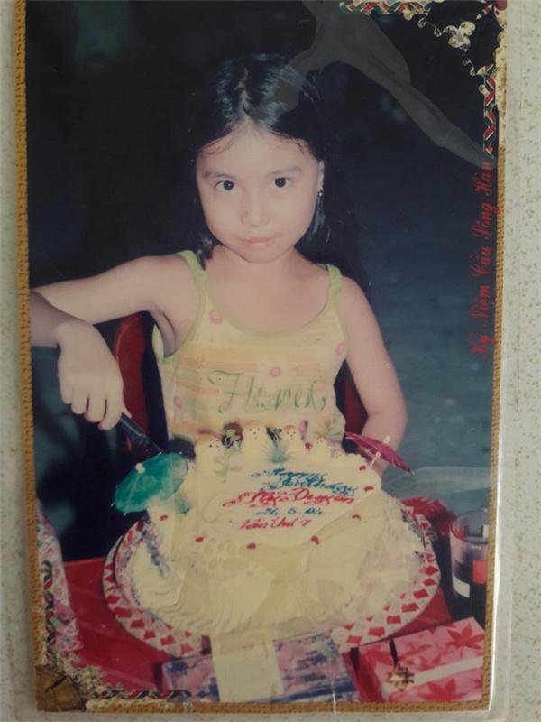 """Bánh sinh nhật ngày xưa bao giờ cũng phải nhiều màu sắc xanh đỏ tím vàng sặc sỡ, cắm thêm vài chiếc ô, trang trí vài con gấu như thế này mới """"oách xà lách"""". (Ảnh:@Huynhduyen)."""
