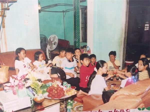 Tiệc sinh nhật tại nhà bao giờ cũng trải chiếu ngồi khắp trên sàn đến cả ghếsô-pha. (Ảnh:@Huybinh).