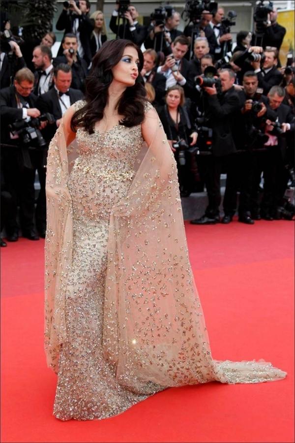 Trong dịp Liên hoan phim Cannes 2016, sự xuất hiện của Aishwarya Rai khiến giới truyền thông, khán giả không khỏi bất ngờ vì thân hình kém thon gọn của cô. Chiếc váy ôm sát với chất liệu ánh kim làm lộ rõ vòng eo ngấn mỡ của nhan sắc đẹp xem là Hoa hậu Thế giới đẹp nhất mọi thời đại.