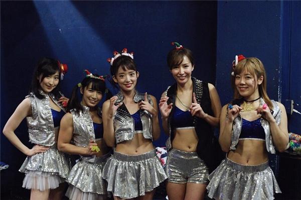 So với các thành viên khác trong nhóm thì Reika có thân hình thấp bé nhất nhưng lại... đô con nhất.