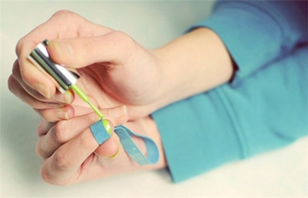 Dùng chun cột tóc làm như thế này để sơn móng tay không bị lem.