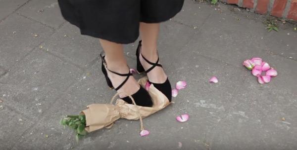Có 4 cô gái đã thả bó hoa trên tay xuống. (Ảnh: Internet)